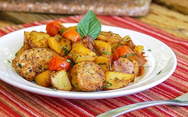 Χωριάτικα λουκάνικα με πατάτες
