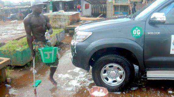 Photo: One Legged Man Seen Washing A Car While Balancing On A Stick
