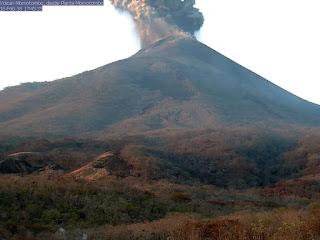 Explosion sur le volcan Momotombo, 18 février 2016 fin d'après-midi