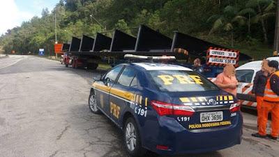 Carreta com carga excedente é flagrada usando Autorização Especial de Trânsito falsa na Régis Bittencourt