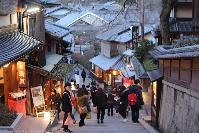 Higashiyama District at Night