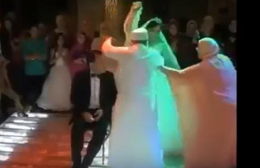 عروس ترقص بطريقة غريبة..فكان ردّ فعل والد العريس مفاجئ  شاهد بالفيديو ماذا فعل والد العريس للعروس