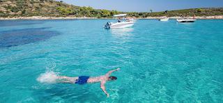 Μπάνιο κάθε μέρα: Το άγνωστο ελληνικό νησί που έχει όλο το χρόνο ζεστά νερά και καθόλου κύμα