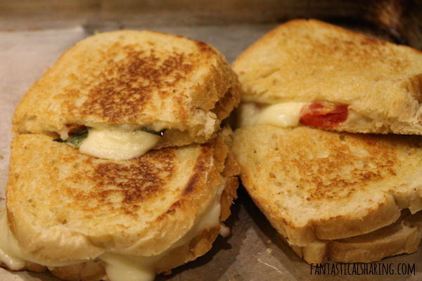 Caprese Grilled Cheese #recipe #maindish #sandwich #meatless