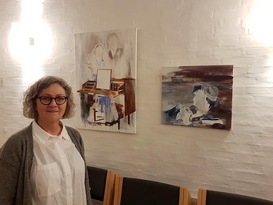 Susanne Pedersen ved to af sine malerier