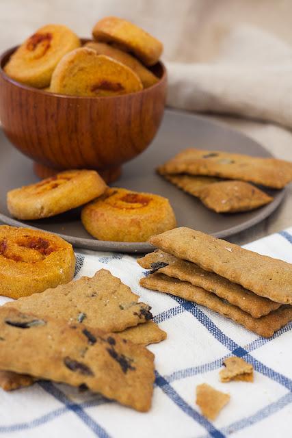 Ovsene pločice sa ruzmarinom i maslinama i kukuruzni krekeri sa paradajzom