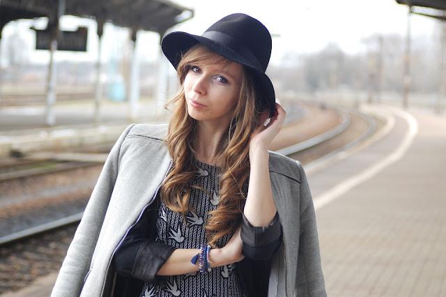 Sukienka w jaskółki | KartyMody.pl