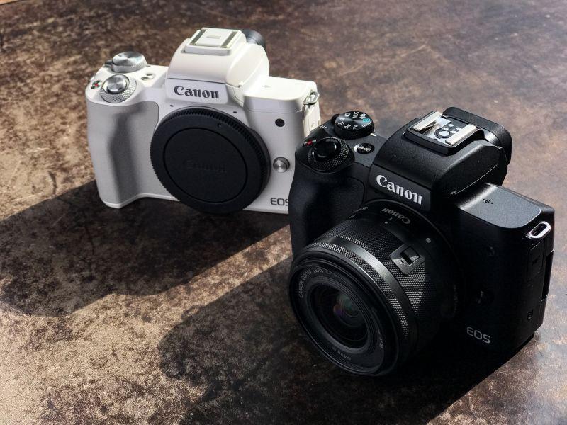 Две камеры Canon EOS M50, белая и черная