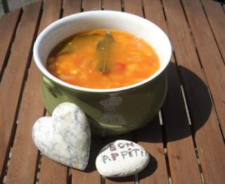 Fresh white beans with tomato, basil and garlic