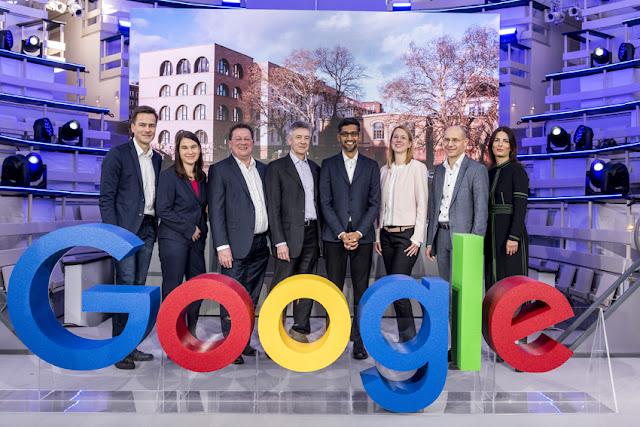 Ein Gruppenfoto vor einem Google Logo