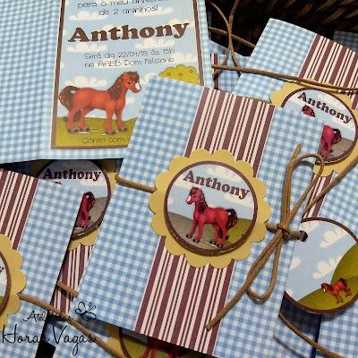 convite de aniversário infantil personalizado fazendinha cavalos cavalinhos xadrez azul e marrom menino