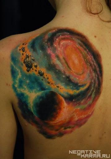 Nada melhor do que um bem feito tatuagem. Geralmente é difícil conseguir uma bela galáxia tatuagem, mas quando o fizer, as cores podem transportá-lo diretamente em uma névoa de mistério e de paz.