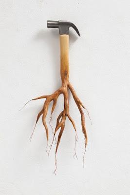 Un martillo con ramas.