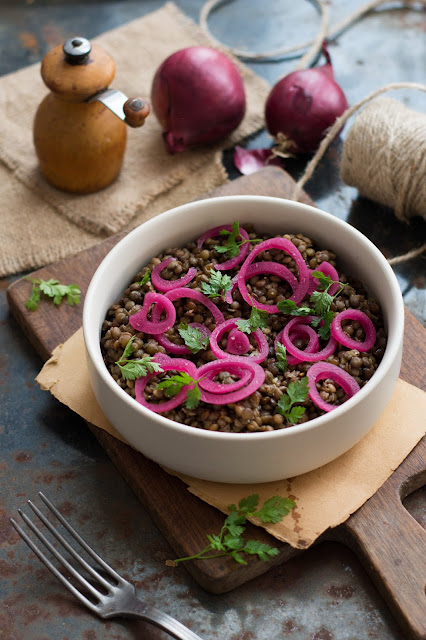Salade de lentilles vertes du Puy, pickles d'oignons rouges