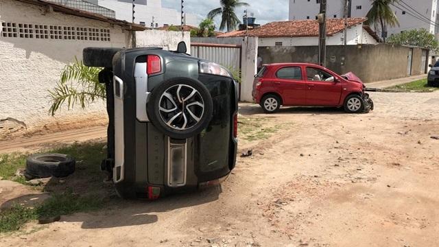 Mulher fica ferida e veículo tomba após acidente, na capital paraibana