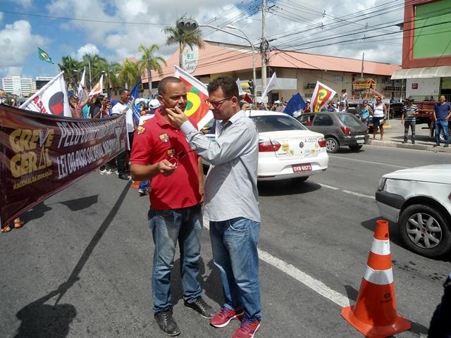 Resultado de imagem para manifestação contra a pec 287 na entrada de lauro de Freitas