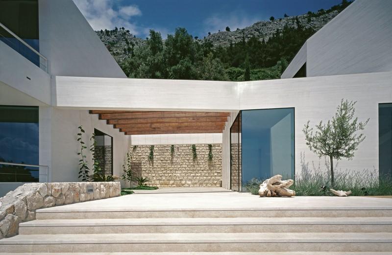 Hogares frescos casa contempor nea con una blanca fachada for Casa de madera con jardin