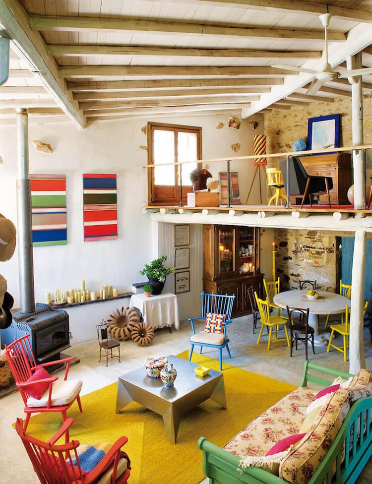 salón con chimenea de casa rústica a todo color