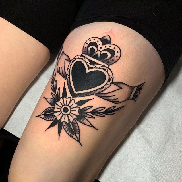 Tatuaje de Anillo celta en el muslo