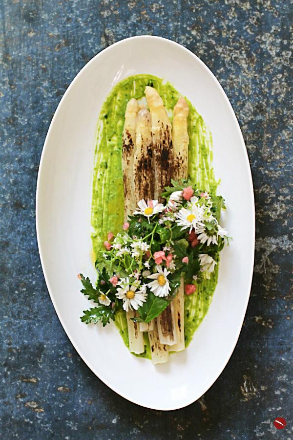 Geflämmter weißer Spargel auf Erbsenpüree mit echten Wasabi-Blättern + Wildkräutersalat #spargel #spargelrezepte #einfach #vegetarisch #vegan #wildkräuter #salat #ostern #muttertag #essbare_blüten #kräuterküche #wildsammlung #verkohlt #gemüse #spargel_rezepte #weißer #kochen #ofen #kalorienarm #salat #grillen #klassisch #zubereiten #ofen #deutsch #nudeln #fleisch #erbsen #essbare #foodblog #foodphotography #plating #spargelwein #wein #weinblog |Arthurs Tochter kocht. Food, Wine, Travel, Love