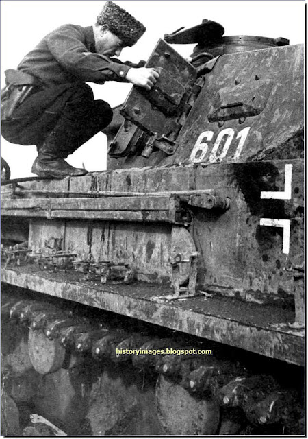 Soviet officer inspects captured tank Pz.Kpfw. IV (Panzer 4) Spring 1943