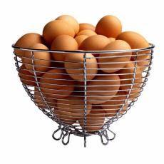 Canasta de acero llena de huevos