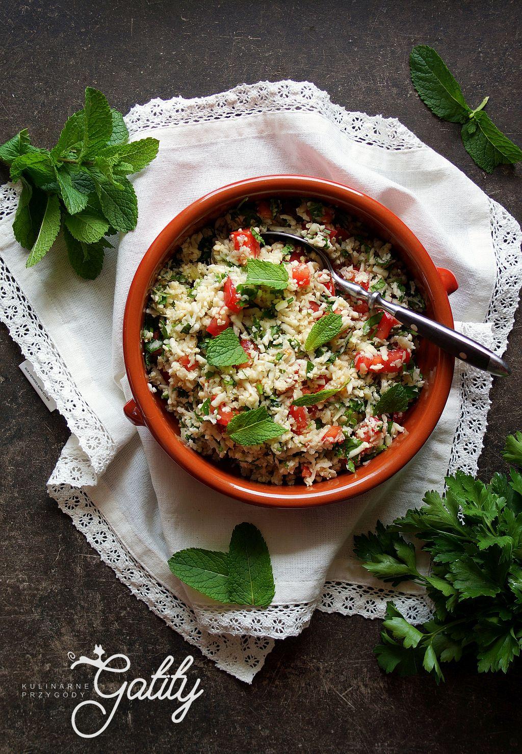 kolorowa-salatka-z-zielonymi-ziolami