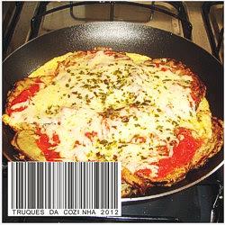 Tortilha de berinjelas com queijo mussarela na frigideira