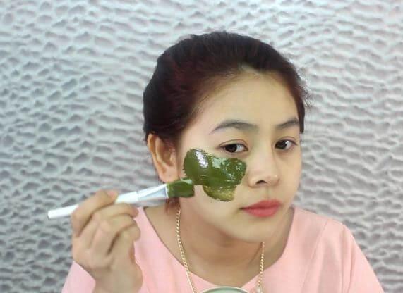 đắp mặt nạ rau diếp cá