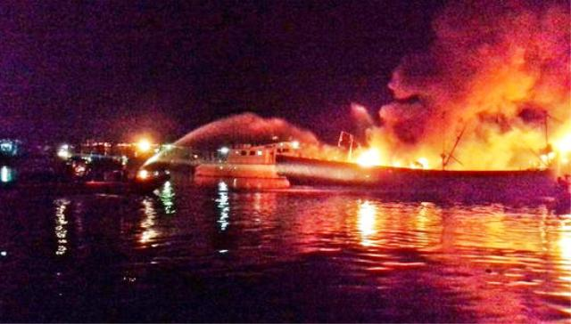 Kapal Cumi Dilalap Api di Pluit