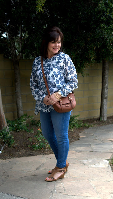 cross body bag, skinny jeans and flowing top.