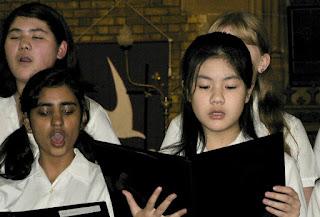 曾铮的女儿(前排右一)在学校的合唱团表演。(曾铮提供)