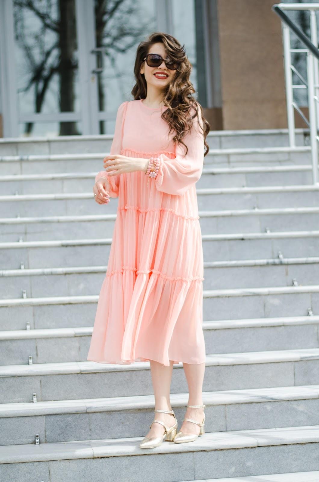 fashion-blogger-diyorasnotes-diyora-beta-midi-dress-pink-dress-metallic-heels-curly-hair