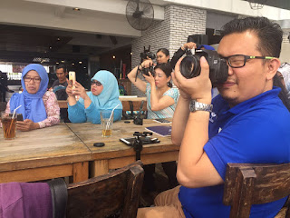 Teman-teman Foodblogger sedang beraksi (dokumentasi Catur Guna Yuyun)