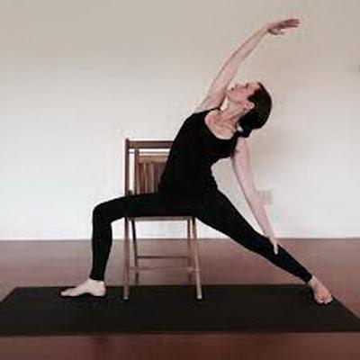 Mengecilkan Lingkar Pinggung Dengan Gerakan Simpel di Kursi