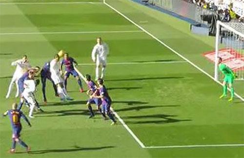 Ronaldo đứng dưới hàng hậu vệ khi nhận đường chuyền.