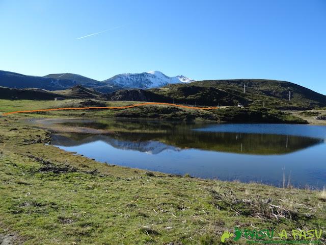 Lago de Isoba reflejando el Ausente