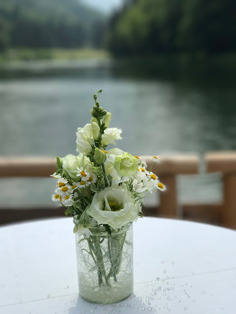 Blumenschmuck, Hochzeit in Gelb, Sommer, Sonne, Natur, Sommerhochzeit am See in den Bergen, Riessersee Hotel Garmisch-Partenkirchen, Hochzeitsplanerin Uschi Glas