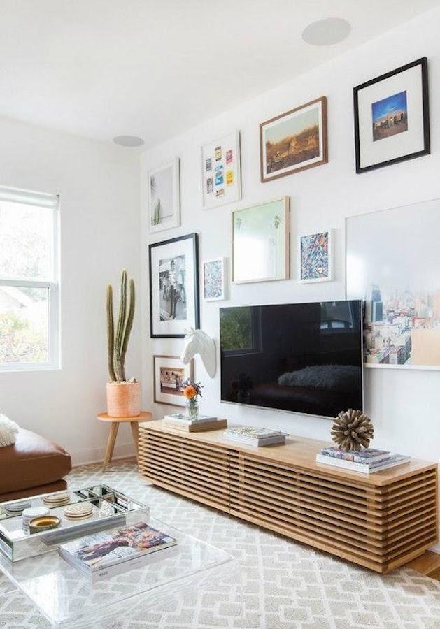 salón con tv rodeada de cuadros