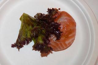 Rollito de salmón marinado y guacamole.
