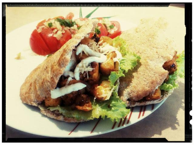 pita pelnoziarnista z kurczakiem serem i sosem czosnkowym oraz salatka z pomidorow