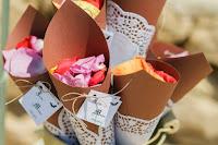 coni con carta kraft con petali di fiori