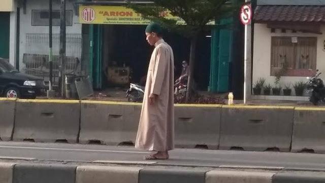 Tetangga Ungkap Penyebab Pria Lakukan Gerakan Salat di Tengah Jalan