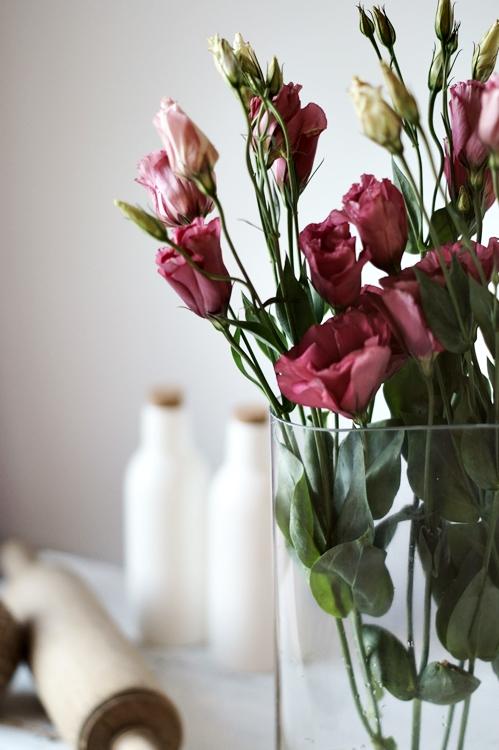berenfarbene Schnittblumen mit Dekoflaschen im Hintergrund { by it's me! }