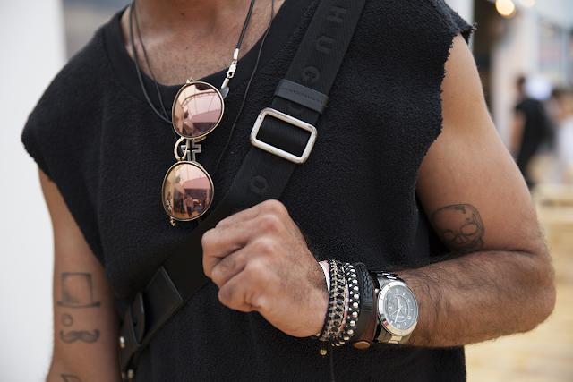 relogio e pulseira no mesmo braço homem