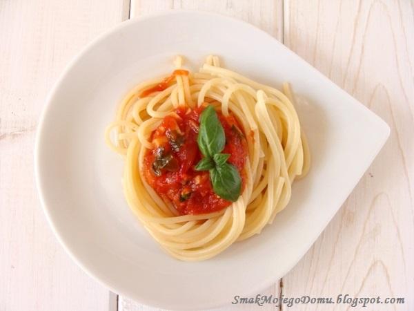 Spaghetti z włoskim sosem pomidorowym