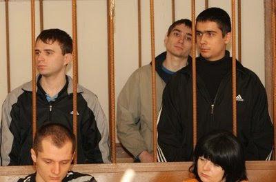 Viktor Sayenko e Igor Suprunyouck durante julgamento pelos assassinatos.