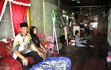 Kegigihan Pasangan Suami Istri Penjual Kue Tradisional Ini Untuk Naik Haji Memang Patut Dicontoh
