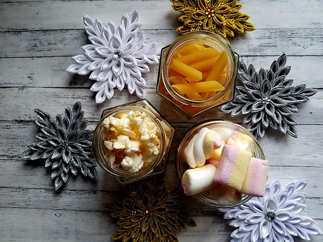 ozdoby świąteczne DIY, Boże Narodzenie, łańcuch na choinkę z popcornu i pianek marshmallows