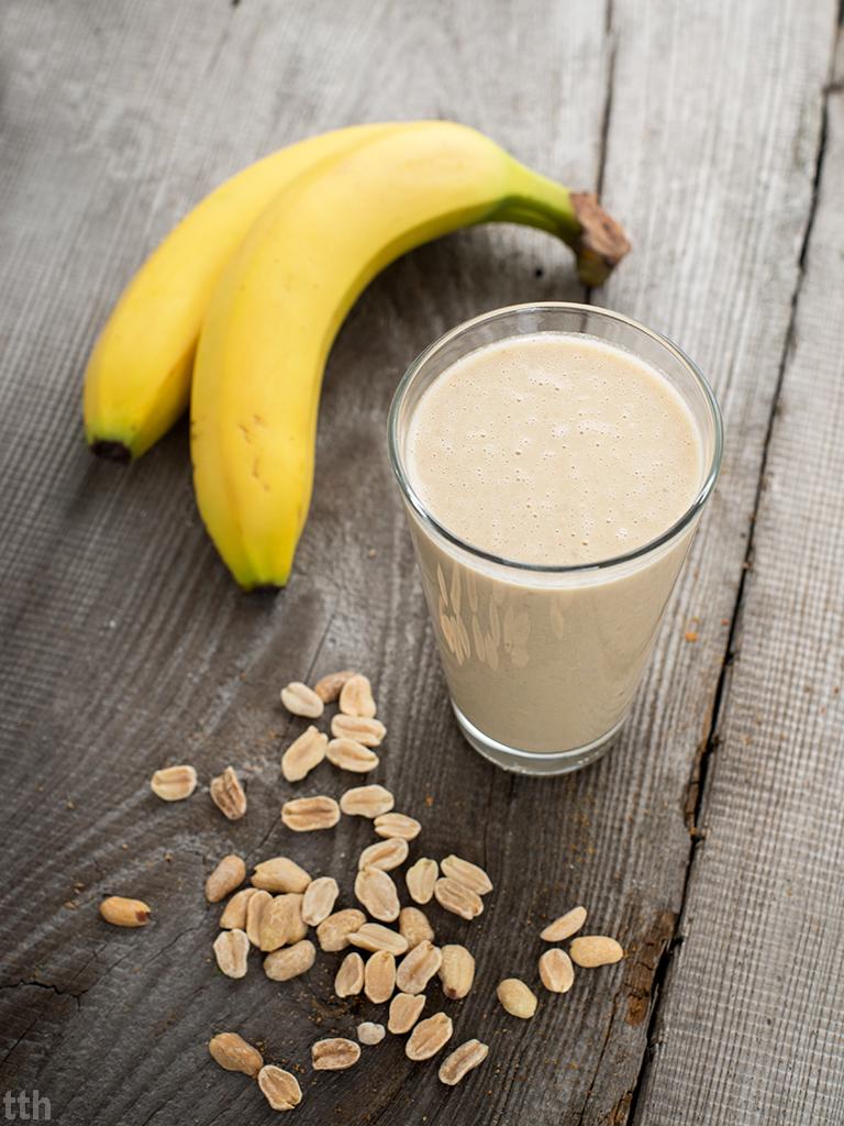 Mleczny koktajl bananowy z maslem orzechowym - przepis weganskie, bezglutenowe, bez cukru roślinny blog kulinarny